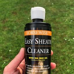 Easy Sheath Cleaner • pour nettoyer le fourreau de votre cheval • action émolliente permettant d'enlever les peaux mortes ⛑. Dispo online #horselover #poney #horseofinstagram #pony #equestrianstyle